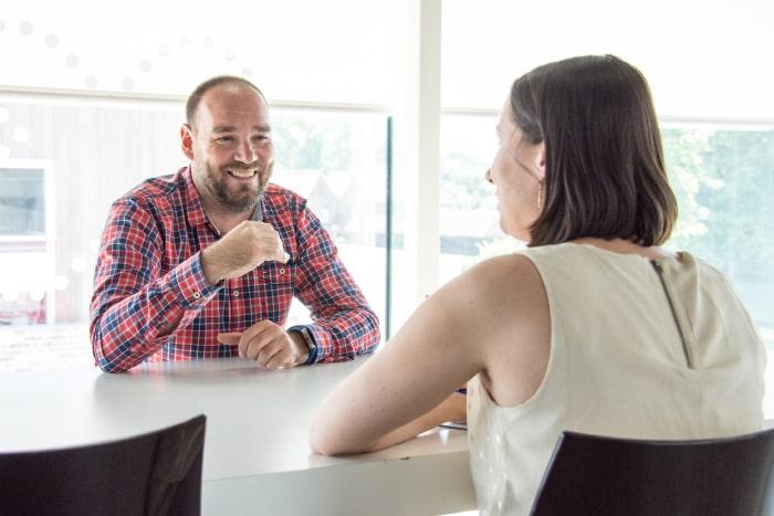 Onze digital strategist overlegt met klant om te helpen bij de online marketing strategie.