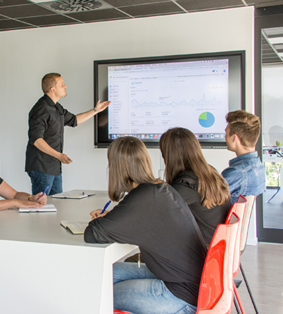 De SEO specialist presenteert de online strategie aan de klant.